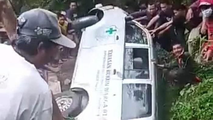 Ambulans pengangkut jenazah terperosok jurang di Garut (Foto: Istimewa)
