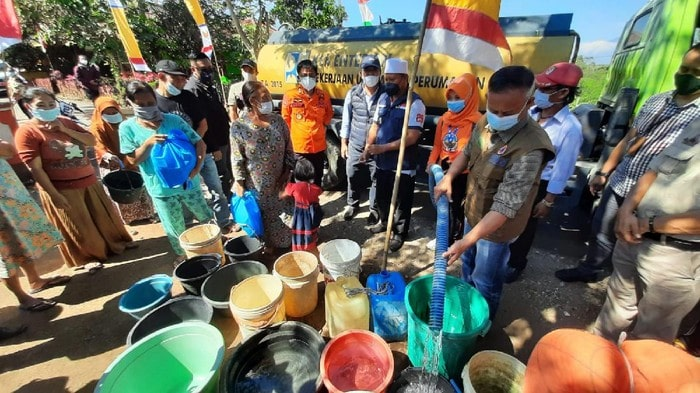 Warga Cibatu antre dapatkan air bersih (Foto: Istimewa)