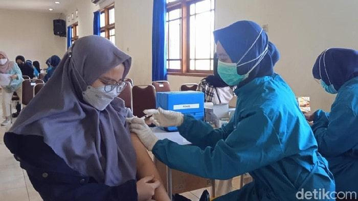 Seribuan mahasiswa Uniga menjalani vaksinasi (Foto: Hakim Ghani)